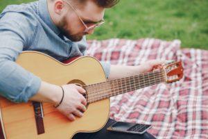 Como afinar o violão: 3 formas do básico ao avançado