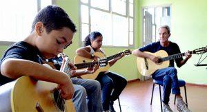 Dar aulas de violão para crianças e adultos
